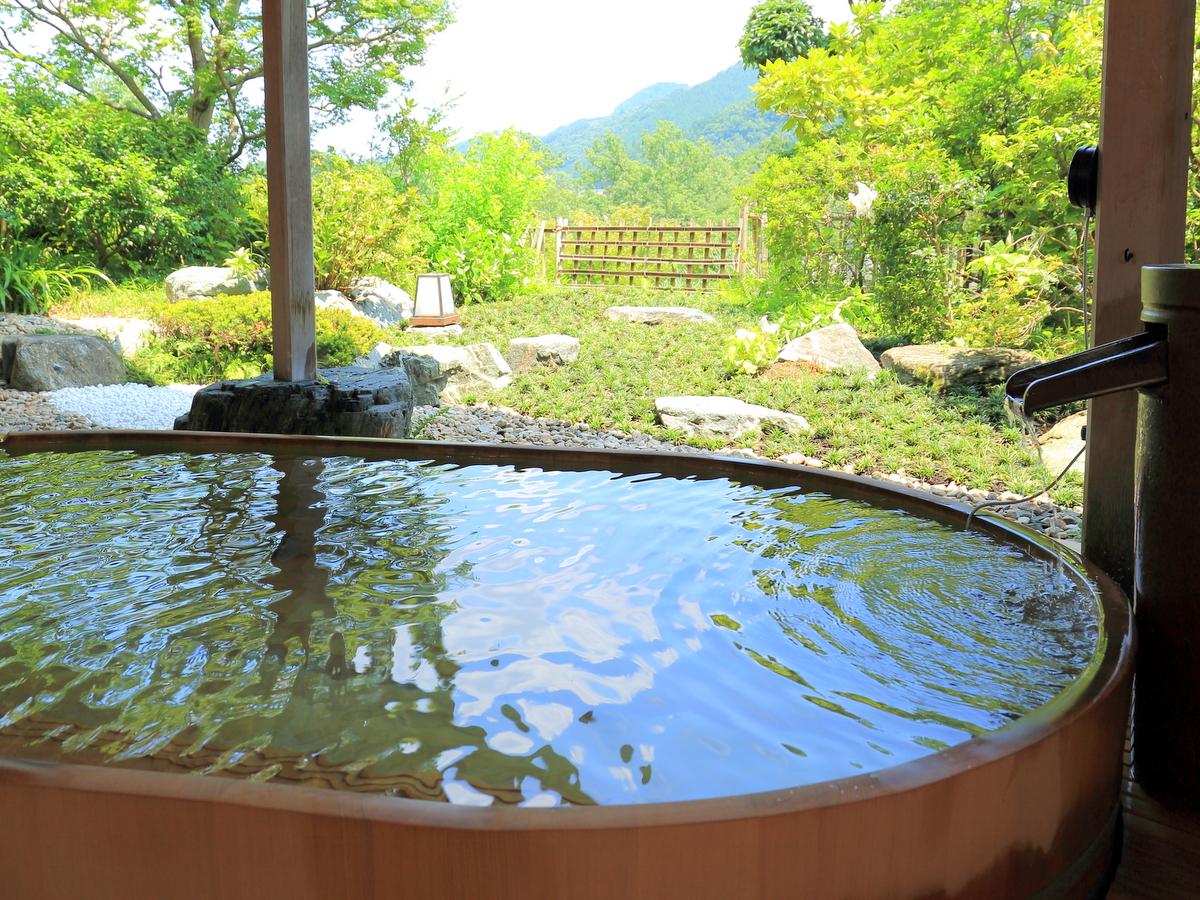 女性露天の檜風呂