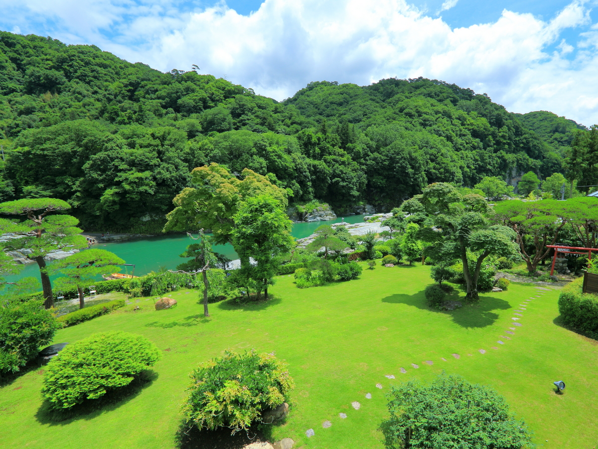 客室から望む長瀞渓谷の風景