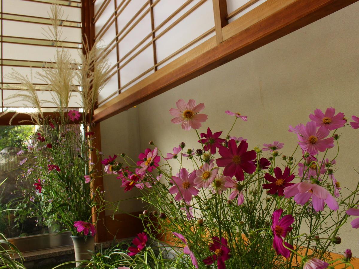 エントランスではさっそく季節のお花を楽しめます。