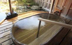 ヒノキの露天風呂(女性)