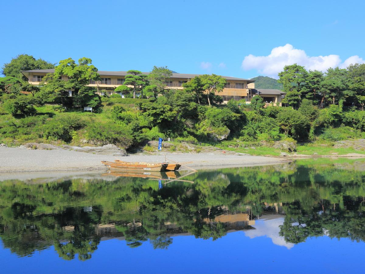 対岸から見た長生館(9月頃)