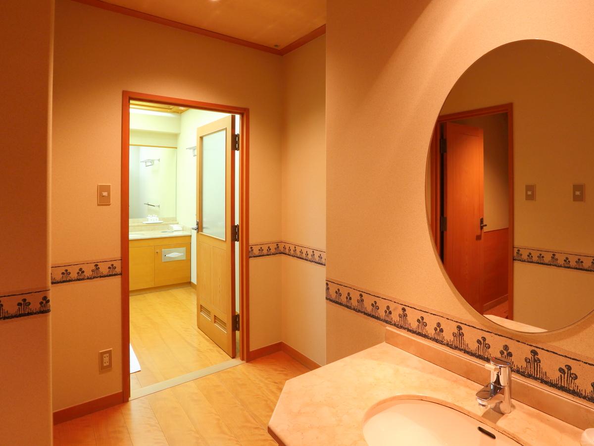 オシャレな丸鏡の洗面所です。