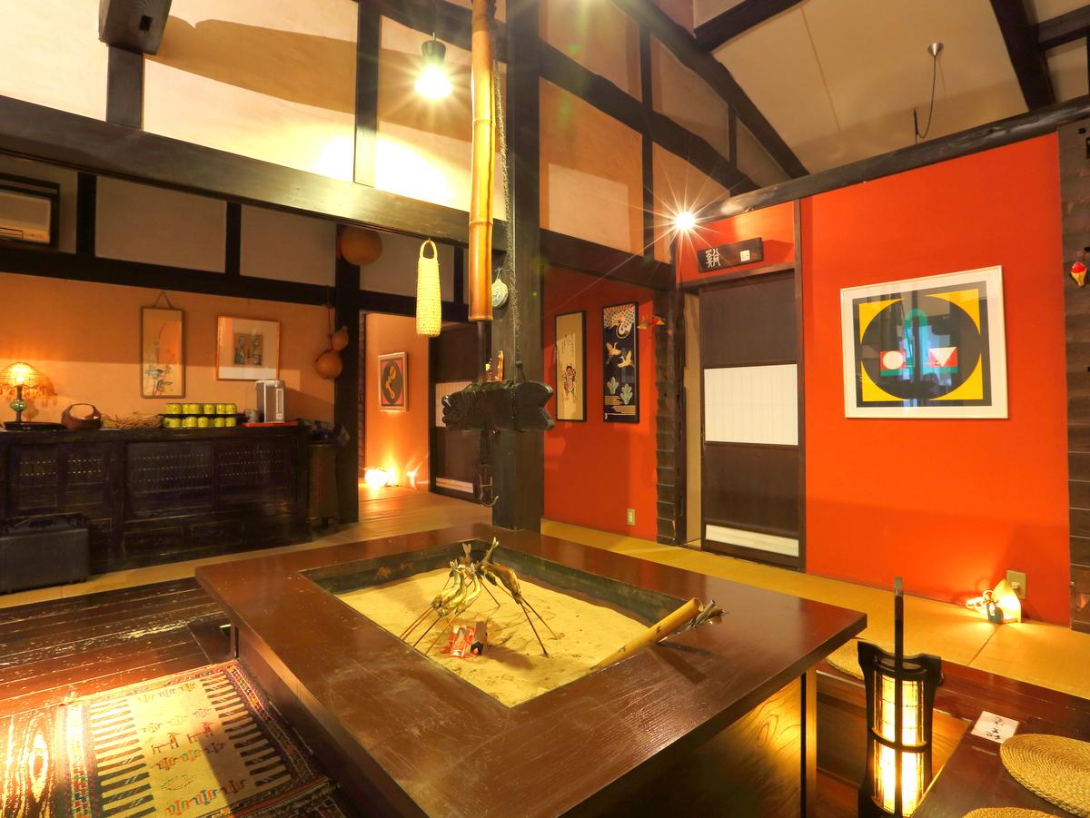 館内中央にある囲炉裏の周りに個室がございます。