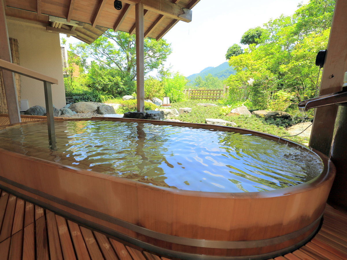 女性用露天は檜風呂です。