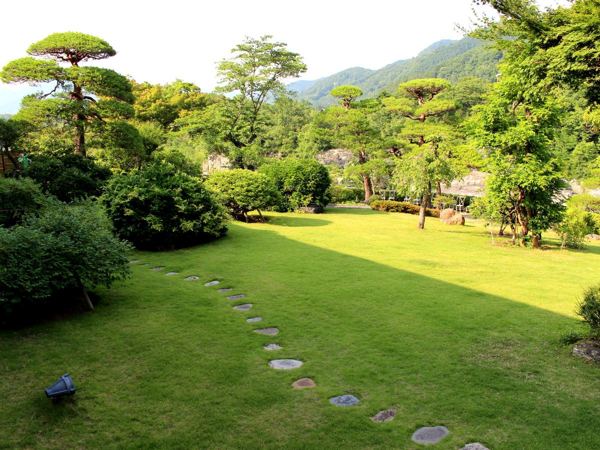 ベランダから眺める庭園はこのとおり。