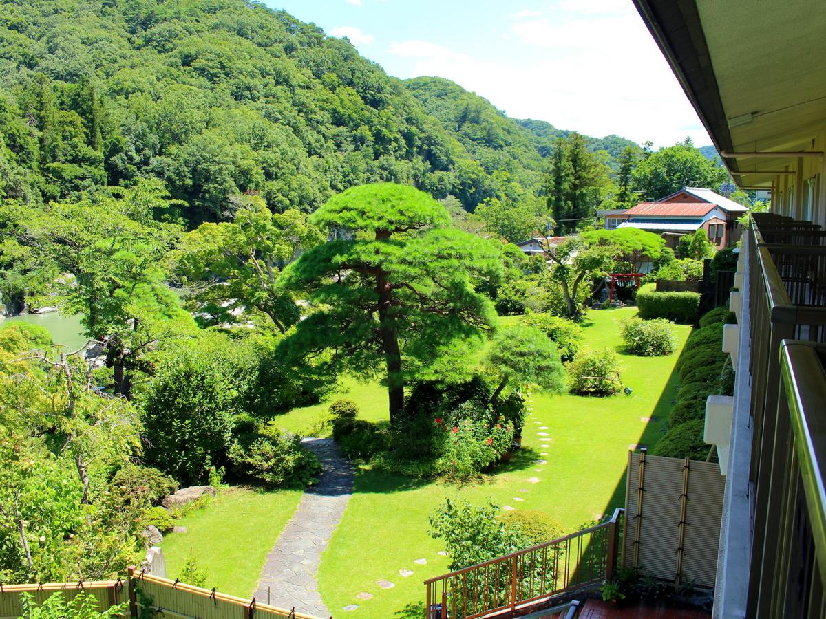 このお部屋からも庭園が望めます。