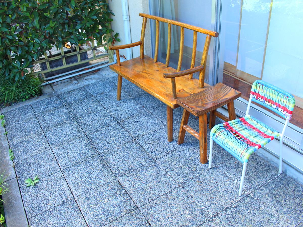 【1階】イスに座って庭園を眺められます。