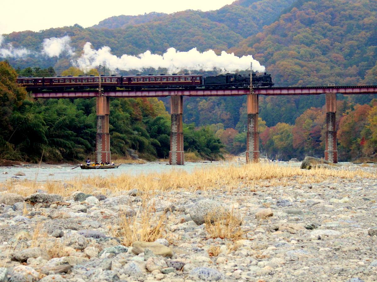 上長瀞・親鼻間の荒川橋梁は撮影スポットの一つ。