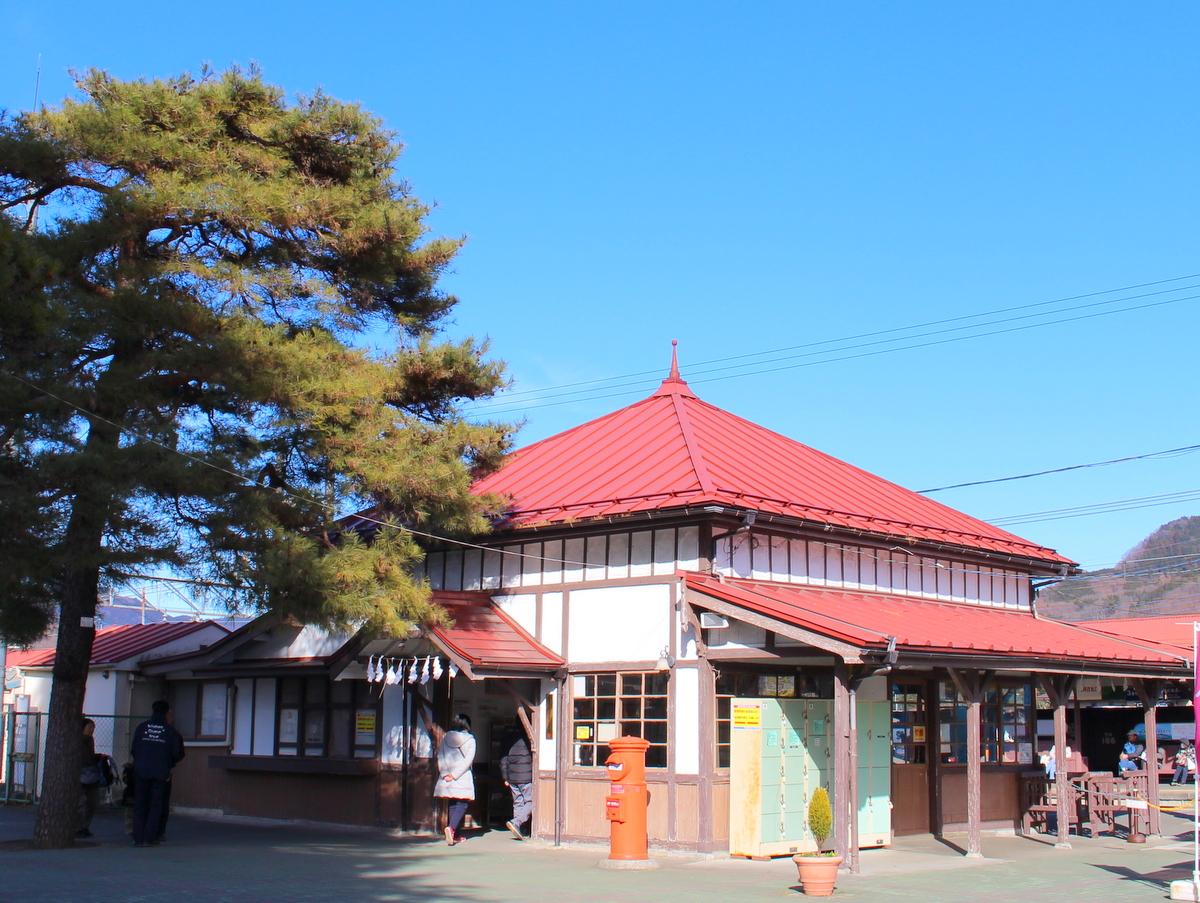 築100年のかわいらしい駅舎です。