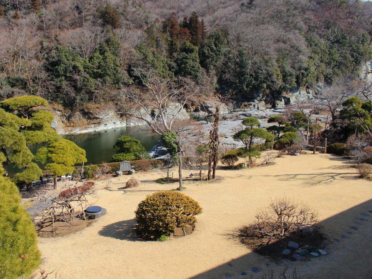 客室から見た庭園・岩畳(2月頃)