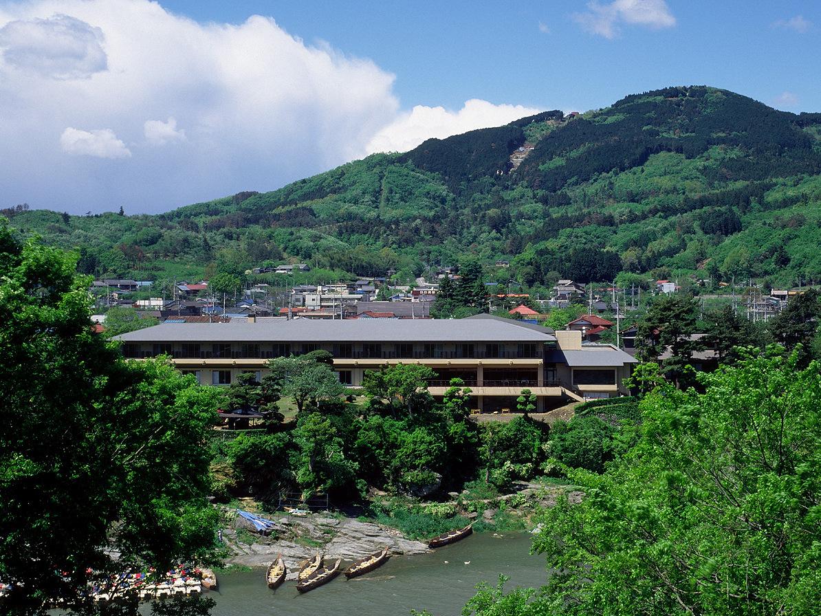 対岸から望む当館と宝登山